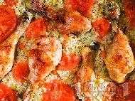 Печени пилешки бутчета с ориз и зеленчуци на фурна